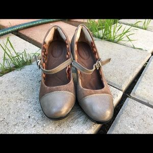 Brown Clarks Captoe Mary Jane Heels 7 1/2